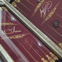 Нарды из стекла с эксклюзивным дизайном инициалов как подарок любимому мужчине на день рождения.